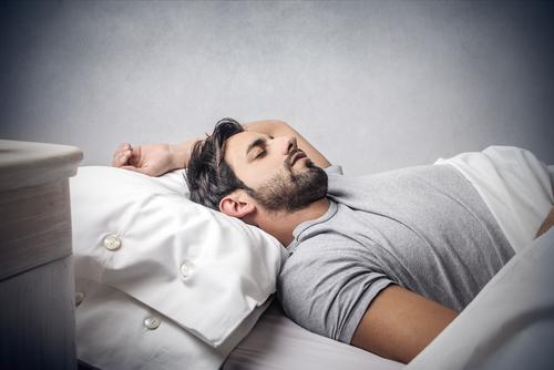 Man sover med linser